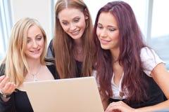 Lachen mit drei Freunden lizenzfreie stockfotos