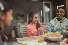 Lachen mit Familie Lizenzfreie Stockfotos
