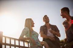 Lachen mit Freunden Lizenzfreie Stockfotos