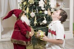 Lachen mit Weihnachtsmann stockfoto