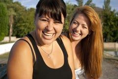 Lachen mit zwei hübsches erwachsenes Mädchen Stockbilder