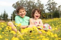 Lachen mit zwei Kindern Lizenzfreies Stockfoto
