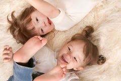 Lachen mit zwei Mädchen Stockfoto