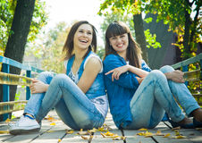 Lachen mit zwei Mädchen Stockbild