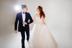 Lachen und glückliche Braut und Bräutigam, Tanz und Sprung mit dem Glück, geheiratet Stockfotos