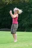 Lachen und springend, gesunde Frau, die sich amüsiert! Stockfoto