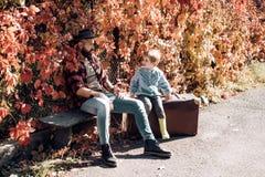 lachen Vati und Kind Glücklicher froher Vater mit einem netten Sohn im Cowboyhut Familienreise und -ferien Vater ` s lizenzfreies stockfoto