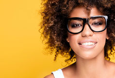 Lachend Afrikaans Amerikaans meisje met afro Stock Fotografie