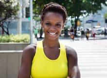 Lachend Afrikaans Amerikaans meisje met geel overhemd en kort haar Royalty-vrije Stock Afbeelding