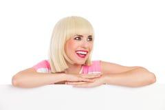 Lachend blonde achter een banner Royalty-vrije Stock Afbeeldingen