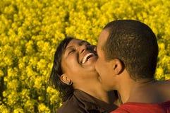 Lachend en kussend paar royalty-vrije stock afbeelding