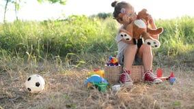 lachend en schuw jong geitje met stuk speelgoed stock video