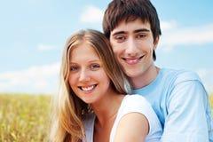 Lachend gelukkig paar over blauwe hemel Stock Afbeeldingen