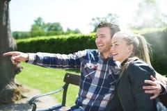 Lachend hartelijk paar in het park stock afbeeldingen