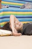 Lachend Jong Meisje op de Vloer Stock Foto's