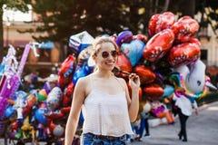 Lachend Latijns meisje, vrouwelijke tiener openlucht in de zomer in een koloniale stad in Mexico stock foto's