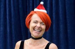 Lachend levendig roodharige in Santa Hat royalty-vrije stock fotografie