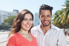 Lachend liefdepaar in de stad Royalty-vrije Stock Foto