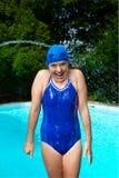 Lachend meisje dat met water wordt bespoten Stock Foto's