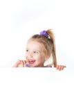 Lachend meisje dat over lege raad kijkt Royalty-vrije Stock Afbeeldingen