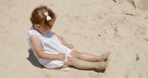 Lachend meisje die pret op het strand hebben stock videobeelden