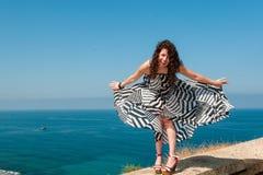 Lachend meisje die rond in een lichte kleding voor de gek houden royalty-vrije stock foto