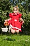 Lachend meisje die werpen op redapples Stock Foto