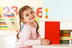 Lachend meisje met boeken Royalty-vrije Stock Fotografie