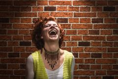 Lachend meisje met gember krullende haar en sproeten royalty-vrije stock fotografie