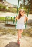 Lachend meisje op een schommeling Stock Foto's