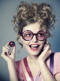 Lachend mooi meisje in roze retro glazen, stock fotografie