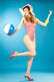 Lachend mooi meisje speld-omhoog in een roze bikini met strandbal royalty-vrije stock foto's