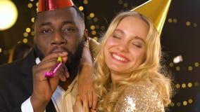 Lachend multi-etnisch paar die pret op verjaardagspartij hebben en aan camera kijken stock footage