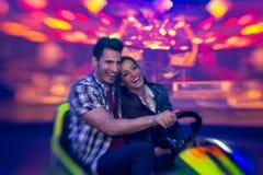 Lachend paar in bumperauto - spruit met lensbaby Royalty-vrije Stock Foto's