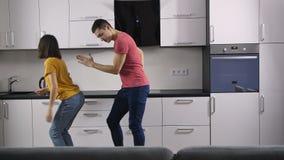 Lachend paar die met muziek dansen stock footage
