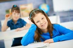 Lachend schoolmeisje in klasse Stock Afbeelding