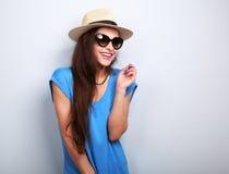 Lachend toevallig wijfje in de glazen van de manierzon en de zomerhoed  Royalty-vrije Stock Afbeeldingen
