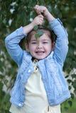 Lachend vier-jaar-oud meisje met vlechten in een matrozenfooli Royalty-vrije Stock Fotografie