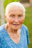 Lachende ältere Frau draußen lizenzfreies stockfoto