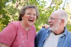 Lachende ältere Paare draußen stockfotos