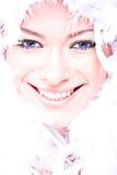 Lachende aantrekkelijke jonge vrouw met boa ove Stock Foto