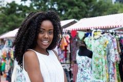 Lachende Afrikaanse Amerikaanse vrouw die bij markt winkelen Royalty-vrije Stock Foto