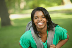 Lachende Afrikaanse Amerikaanse vrouwelijke student stock foto's