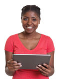 Lachende Afrikaanse vrouw in rood overhemd met tablet stock foto