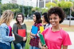 Lachende Afroamerikanerstudentin mit Gruppe internati Stockfotografie