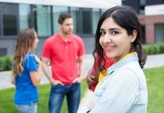 Lachende arabische Frau und multiethnische Freunde Lizenzfreie Stockfotografie