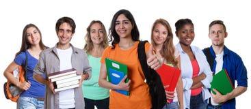Lachende arabische Studentin mit Gruppe internationalen Studenten Stockbild
