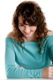 Lachende Aufstellung des herrlichen Brunette in einem Studio Lizenzfreie Stockfotografie