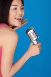 Lachende Aziatische vrouw met een microfoon Royalty-vrije Stock Afbeelding