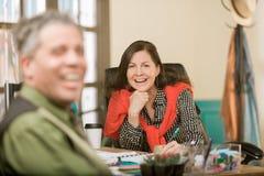 Lachende Berufsfrau mit Kollegen stockfotos